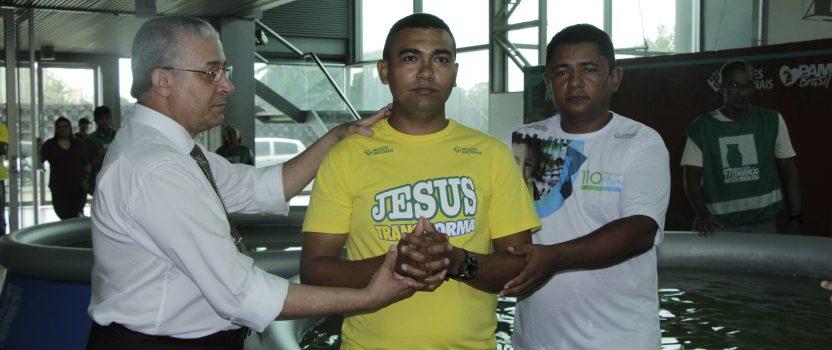 Igrejas paraenses batizam 120 batistas